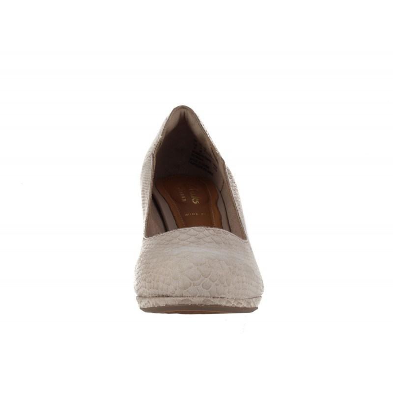 Дамски обувки на среден ток Clarks Chorus Nights бежови