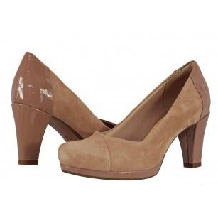 Дамски обувки на ток естествен велур Clarks Chorus Carol бежови