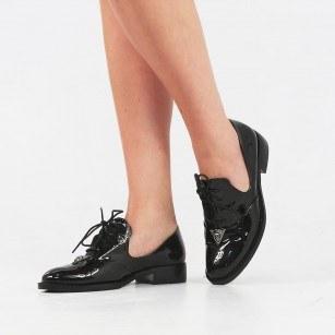 Дамски сребристи обувки с брошка черен лак